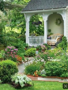 The best ideas for a flowering porch - Flowering porches contribute to a . , The best ideas for a flowering porch - Flowering porches contribute to a relaxed . Country Cottage Garden, Farmhouse Garden, Farmhouse Front, Cottage Ideas, Cottage Front Yard, Farmhouse Style, Cottage Style, Brick Cottage, Backyard Cottage