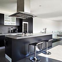 Zwarte keuken met kook eiland