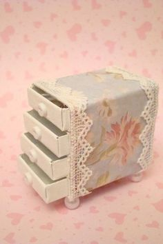 con cajas de cerillas - cute idea for a little girls doll house furniture For the Shabby Chic Matchbox Swap for Cecilia :D Now it's time to fill it with all kind of pretty goodies! Matchbox Crafts, Matchbox Art, Miniature Crafts, Miniature Dolls, Doll Crafts, Paper Crafts, Paper Glue, Paper Toys, Diy Barbie Furniture