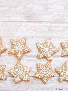 Gingerbread snowflake cookies from a star cutter. Don't need a lot a cookie cutters! Christmas Biscuits, Christmas Sugar Cookies, Christmas Gingerbread, Holiday Cookies, Gingerbread Cookies, Snowflake Cookies, Star Cookies, Iced Cookies, Christmas Goodies