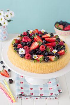 crostata-di-frutta-fragole-frutti-di-bosco-con-base-morbida-crema-al-limone-senza-uova Fruit Recipes, Sweet Recipes, Fruit Custard Tart, Cute Food, Yummy Food, Healthy Birthday Cakes, Fashion Cakes, Drip Cakes, Sweet Cakes
