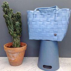 """För stranden, shoppingen eller träningen!☀️ Väskan PARIS från @handed_by finns i över 30 färgställningar. På bilden """"dusk blue"""", en nyhet inför sommaren!  Kontakta oss för att bli ÅF och för info om hela sortimentet."""