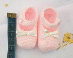 ZAPATITO ROSA DE PRIMERA POSTURA Material Lana color rosa especial bebés Agujas de punto del nº 2 15 cm de cinta de raso es...