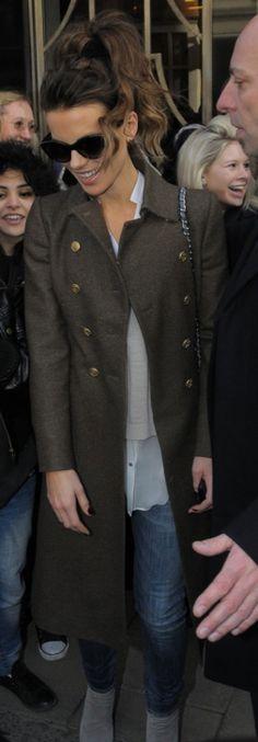 Kate Beckinsale: Purse – Chanel    Coat – Burberry    Sunglasses- Oliver Goldsmith