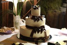 http://www.lemienozze.it/gallerie/torte-nuziali-foto/img17677.html  Torta nuziale con nastri e calle marroni