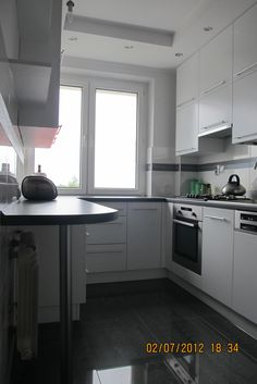 Kitchen Cupboard Doors, Kitchen Cabinets, Kitchen Room Design, Kitchen Decor, Small Kitchen Tables, U Shaped Kitchen, Apartment Kitchen, Küchen Design, Home Kitchens