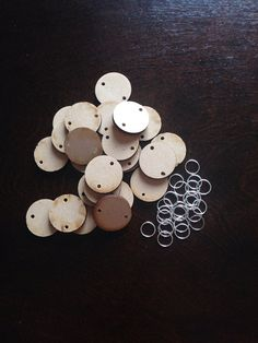 25x 25mm wooden disks with predrilled holes to use for your family birthday board also comes with 25 silver links, they come unpainted for you to do yourself  Please contact me if you require a bulk amount because I may be able to provide you with a discount