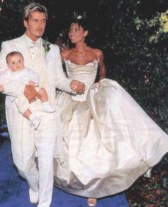Victoria and David Beckham - Vintage Celebrity Wedding Photos - Photos Victoria Beckham Wedding, David Und Victoria Beckham, Victoria Beckham Stil, Victoria And David, David Beckham, Brooklyn Beckham, Celebrity Wedding Photos, Celebrity Wedding Dresses, Celebrity Weddings