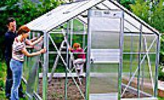 Erfolgreich gärtnern unter Glas -  Im Spätsommer ist der beste Zeitpunkt, ein Gewächshaus anzuschaffen: Sie können die überdachte Fläche sofort bepflanzen, zum Beispiel mit schnell wachsendem Gemüse wie Spinat, Salat oder Radieschen.
