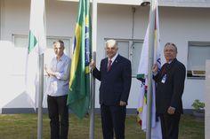 Subsecretário de Gestão Participativa do DF, José Bonifácio Carreira Alvim, Dr. Elias Fernando Miziara e Dr. Renilson Rehem, hasteiam as bandeiras do DF, do Brasil e do HCB.