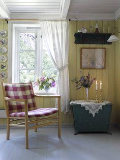 God og gammel: Stolen som tilhører sofagruppen har fått nytt liv med nytt trekk. Kisten ble opprinnelig brukt til oppbevaring av ved og koks.