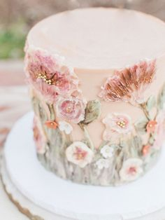 Whimsical Al Fresco Dinner Party with Pink Sweets - Casamento/Wedding - Gateau Floral Wedding Cakes, Floral Cake, Cake Wedding, Purple Wedding, Spring Wedding, Gold Wedding, Dessert Wedding, Painted Wedding Cake, Floral Cupcakes