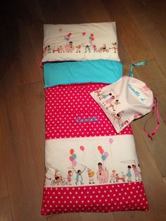 Kit de rentrée en maternelle : Sac de couchage pour la sieste et sac à vêtements Kids Sleeping Bags, Diy Sac, Creation Couture, Diy For Kids, Duvet, Lily, Pillows, Sewing, Inspiration