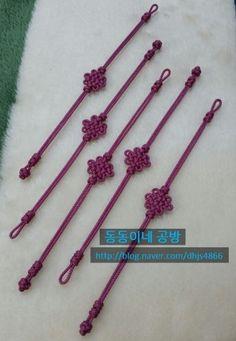 제 블로그에 포스팅된 국화매듭 팔찌를 보시고 일본 친구분들께 선물하신다고 하셔서 팔찌를 만들었답니다.... Jewelry Knots, Macrame Jewelry, Macrame Knots, Micro Macrame, Diy Bracelets Easy, Beaded Bracelets, Decorative Knots, Rakhi, Bracelet Tutorial