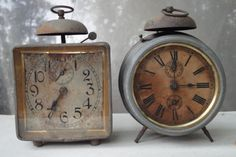 I would also use vintage alarm clocks as table decorations, alternate to vintage cameras Vintage Alarm Clocks, Antique Clocks, Wall Watch, Clock Display, Cool Clocks, Time Clock, Telling Time, Farmhouse Chic, Vintage Love