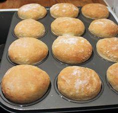 """""""Helpot kauraiset muffinisämpylätaamu- tai iltateelle! Ja mikä ihaninta, näitä sämpylöitä ei tarvitse pyöritellä!"""" Kauraiset muffi... No Salt Recipes, Baking Recipes, Cake Recipes, Savory Pastry, Savoury Baking, Brunch, I Love Food, Food Inspiration, Food To Make"""