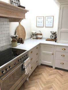 Project House - The Kitchen - Roses and Rolltops Cabinet color: farrow & ball skimming stone Kitchen Family Rooms, Home Decor Kitchen, Country Kitchen, Kitchen Interior, New Kitchen, Home Kitchens, Kitchen Design, Kitchen Cabinets Farrow And Ball, Painting Kitchen Cabinets