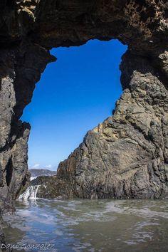El Arco del Jurado, al norte de Ajuy, en Fuerteventura. Un buen sitio para hacer senderismo y visitarlo. Impresionante arco de piedra junto al mar y a una bella y salvaje playa.  Fotos de Dani Gonzalez Rodriguez