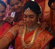Pinterest :@achyi Indian Bridal Sarees, Bridal Silk Saree, Silk Sarees, Traditional Indian Wedding, Traditional Sarees, Indian Bridesmaids, Wedding Saree Blouse Designs, Telugu Brides, South Indian Weddings