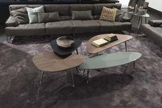 Da usare singolarmente o abbinati tra di loro, questi tavolini dalla forma morbidamente triangolare creano interessanti  ...