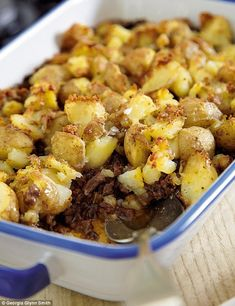 Mary Berry Absolute Favourites Part II: Cottage pie with crushed potato topping Whole Food Recipes, Cooking Recipes, Cooking Pork, Recipes Dinner, Crushed Potatoes, Potato Toppings, Ground Beef Recipes, Minced Beef Recipes, Beef Mince Recipes