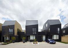 Construído na 2012 na Newhall, Reino Unido. Imagens do Paul Riddle. Alison Brooks Architects foi procurado por Galliford Try Partnership em Maio de 2007 para desenvolver um plano esquemático para o desenvolvimento de...