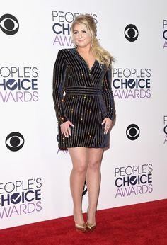 """Demi Lovato usou vestido Balmain pra participar do programa """"Good Morning America"""", em Nova York, em outubro de 2015 Avisa a amiga: veludo deixou de ser cafona! O tecido foi tendência i…"""