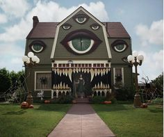 Artist Transforms Parents' House to Unbelievable Halloween Haunted House |