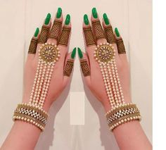 Not everyone is a fan of elaborate mehndi patterns. In this era of minimalism, it is very normal to have a liking to simple mehndi designs. Indian Jewelry Sets, Indian Wedding Jewelry, Bridal Jewelry, Indian Bridal, Mehndi Designs For Fingers, Henna Designs, Tattoo Designs, Tattoo Henna, Fancy Jewellery