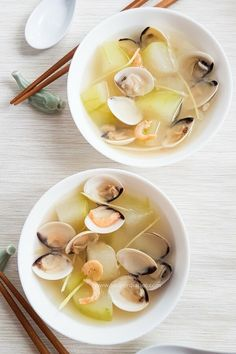 Chinese winter melon soup with clams and ginger. Winter melon has diuretic effects and helps to relieve heat and clears toxin in our body. #chinesesoup #chinese #clam #ginger #souprecipes | souperdiaries.com
