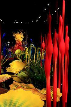 Chihuly Garden & Glass - O museu de vidro de Seattle: Mille Fiori (Mil flores) é uma espécie de floresta tropical de vidros multi-coloridos. Uma combinação muito linda de pequenos arbustos de cores únicas e gritantes com bolas coloridas e árvores de vidro espalhafatosas. Veja mais detalhes do museu nesse post.