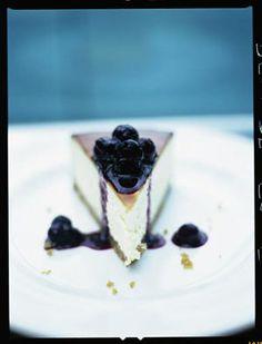 New York vanilla cheesecake with blueberries / Jamie Oliver Pudding Desserts, No Bake Desserts, Just Desserts, Delicious Desserts, Dessert Recipes, Brownie Recipes, Cheesecake Recipes, Blueberry Cheesecake, Classic Cheesecake