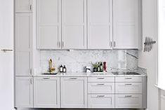Kök/matplats - Vasastan | Hemnet Inspiration Kitchen Handles, Ikea Kitchen, Kitchen Decor, Kitchen Design, Kitchen Cabinets, Kitchen Pantry, Galley Kitchens, Home Kitchens, Interior Design Living Room