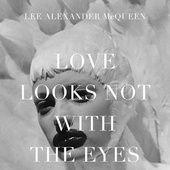 Le 17 mars 1969, Alexander McQueen voyait le jour dans un quartier de Lewisham, à Londres. Avant-gardiste et futuriste, le style de sa maison éponyme fait l'effet d'une bombe dans l'univers de la mode des années 90 à 2000, tant ses créations sont surprenantes et anticonformistes. A l'occasion de cette date-anniversaire, Vogue.fr a sélectionné 10 beaux ouvrages qui mettent en lumière ce personnage hors norme et son univers inimitable.