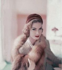 Vintage Glam Photos) - My Modern Metropolis Vintage Vogue, Vintage Glamour, Moda Vintage, Vintage Fur, Vintage Stil, Vintage Makeup, Vintage Beauty, Vintage Looks, Vintage Romance