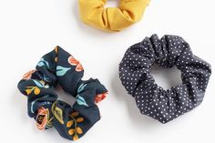 How to Make a Scrunchie: DIY Tutorial How to sew a scrunchie. A D… How to Make a Scrunchie: DIY Tutorial How to sew a scrunchie. A DIY scrunchie tutorial. How to Make a Scrunchie: DIY Tutorial How to sew a scrunchie. A DIY scrunchie tutorial. Diy Hair Scrunchies, How To Make Scrunchies, Sewing Projects For Kids, Cool Diy Projects, Sewing Crafts, Diy Crafts, Create Kids Couture, Diy Bow, How To Make Hair