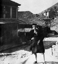 Ηλικιωμένος άνδρας από το Μέτσοβο ποζάρει σε εξωτερικό χώρο.