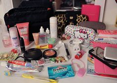 Guia de viagem: Bolsa de mão What's In My Purse, Whats In Your Purse, What In My Bag, What's In Your Bag, Carry On Packing, Suitcase Packing, Emergency Kit For Girls, Emergency Kits, Divas