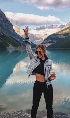 Mountain style in Lake Louise, Alberta, Canada Hiking Photography, Fashion Photography Poses, Portrait Photography, Instagram Pose, Posing Guide, Insta Photo Ideas, Looks Chic, Outfit Trends, Photo Poses