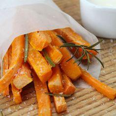 Leckere Alternative zur fettigen Fastfood-Sünde: Süßkartoffel Pommes mit Dip zum selber machen! Wir zeigen, wie es geht