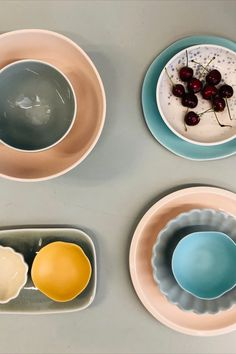 Viele bunte Schälchen, Teller und Schüsseln ergeben ein farbiges Ganzes. Designers Guild, Teller, Bern, Plates, Tableware, Licence Plates, Dishes, Dinnerware, Griddles