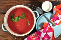 Rote-Bete-Salat mag ich sehr gerne [allerdings nur im Sommer]. Der erinnert mich an meine Tante in Frankreich. Suppen mag ich ebenfalls sehr gerne [allerdings nur im Winter]. Warum also nicht einmal Rote-Bete-Suppe? Hatte ich noch nie gegessen, konnte ich mir aber sehr gut vorstellen. Und da Suppe kochen kinderleicht ist [einfach viele Zutaten nach Belieben in einen großen Topf] habe ich es einfach probiert. Die Zutaten: 2 Schalotten, 1 Stück Ingwer, 1 Zehe Knoblauch, 1 rote Chili, etwas…