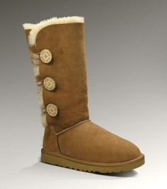 Ugg Bailey Button Triplet I live in these.sooo comfortable I also have the short Bailey Button Uggs The New Classic, Ugg Classic, Classic Chic, Classic Mini, Look Fashion, Fashion Shoes, Fashion Accessories, Women's Fashion, Fashion Bags