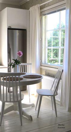 Vanhan talon keittiö. Valkoinen vaalea ruokailutila puulattia maalaisromanttinen romanttinen perinteinen vanha talo