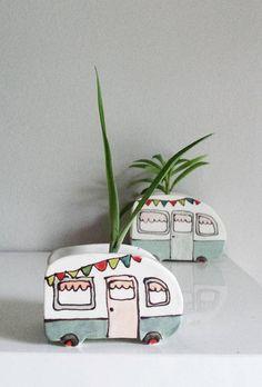 Mini vase caravan vintage pour plantes. Cache-pot parfait pour mini cactus ou succulentes. Fabriqué à la main par assemblage de plaques dargile, suite à la conception dun patron. Fait dargile blanche, glaçure à lintérieur pour assurer létanchéité. Minimaliste, cette petite