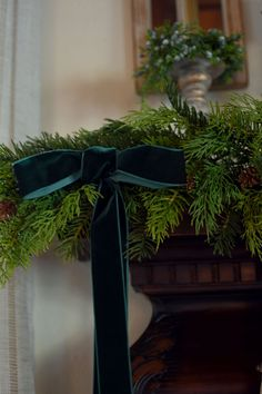 Simple and Elegant Old World & French Country Christmas Decor - Herzlich willkommen French Christmas Decor, Elegant Christmas Decor, Country Christmas Decorations, Cottage Christmas, Old World Christmas, Merry Little Christmas, Green Christmas, Christmas Trees, Irish Christmas