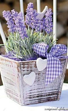 White wooden planter filled with lavender More Más Lavender Cottage, Lavender Blue, Lavender Fields, Lavender Flowers, Purple Flowers, Beautiful Flowers, Beautiful Pictures, Lavender Crafts, Lavender Decor