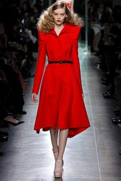 so beautiful Bottega Veneta - Otoño Invierno Milan Fashion Week Foto: © GoRunway Red Fashion, Runway Fashion, High Fashion, Fashion Show, Womens Fashion, Fashion Design, Fashion Trends, Milan Fashion, Fashion Hats