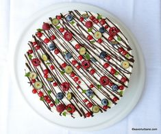 cel mai bun tort spirala cu mascarpone zmeura si ciocolata Mai, Sprinkles, Candy, Food, Mascarpone, Essen, Meals, Sweets, Candy Bars