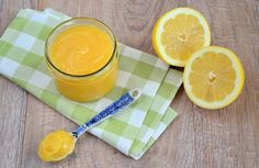 Zelf lemon curd maken is helemaal niet moeilijk. Met slechts een paar ingrediënten maak jij zelf lemon curd voor in bijvoorbeeld een lemon meringue taart.